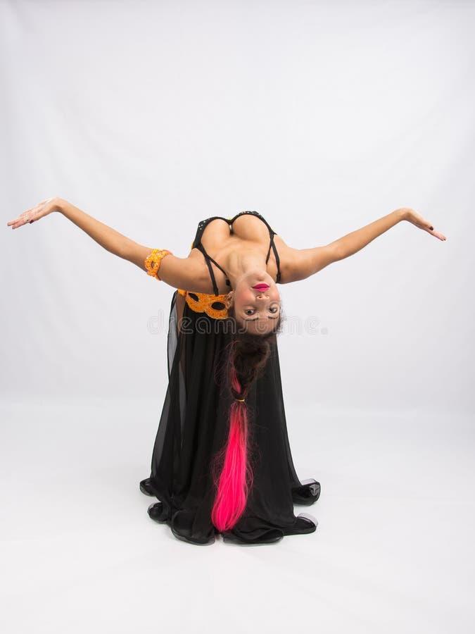 Dancing del mulatto della ragazza in un vestito nero lungo schietto fotografia stock