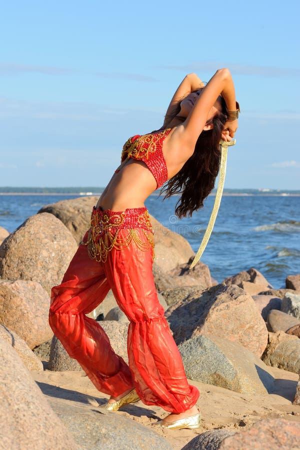 Dancing della donna con il sabre immagine stock libera da diritti