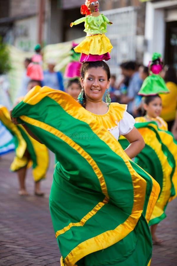 Dancing della donna durante il carnevale, isole Galapagos immagine stock libera da diritti