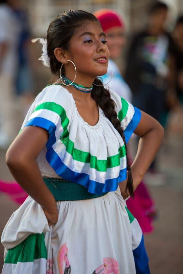 Dancing della donna durante il carnevale, isole Galapagos fotografie stock