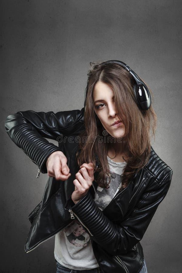 Dancing della donna mentre ascoltando la musica con le cuffie fotografia stock libera da diritti
