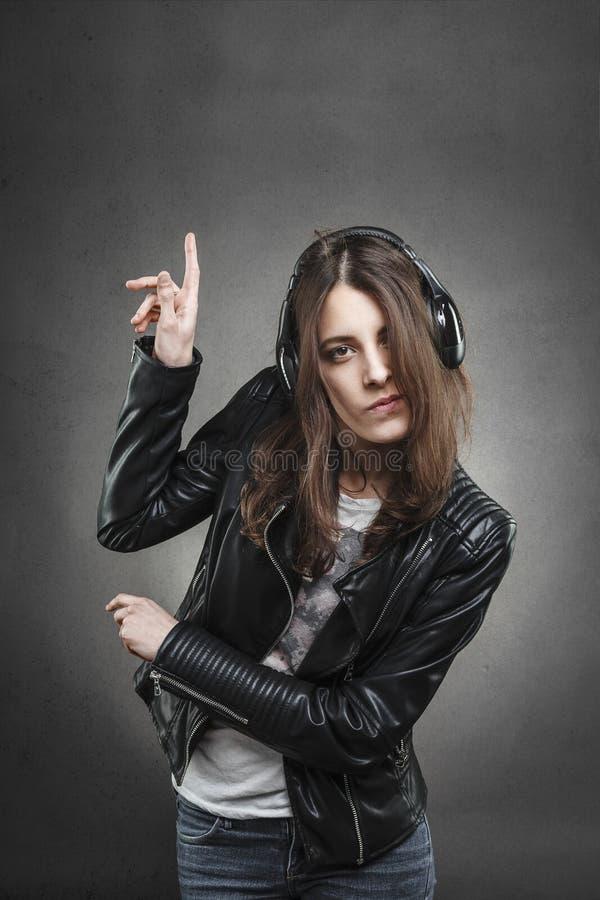 Dancing della donna mentre ascoltando la musica con le cuffie fotografie stock