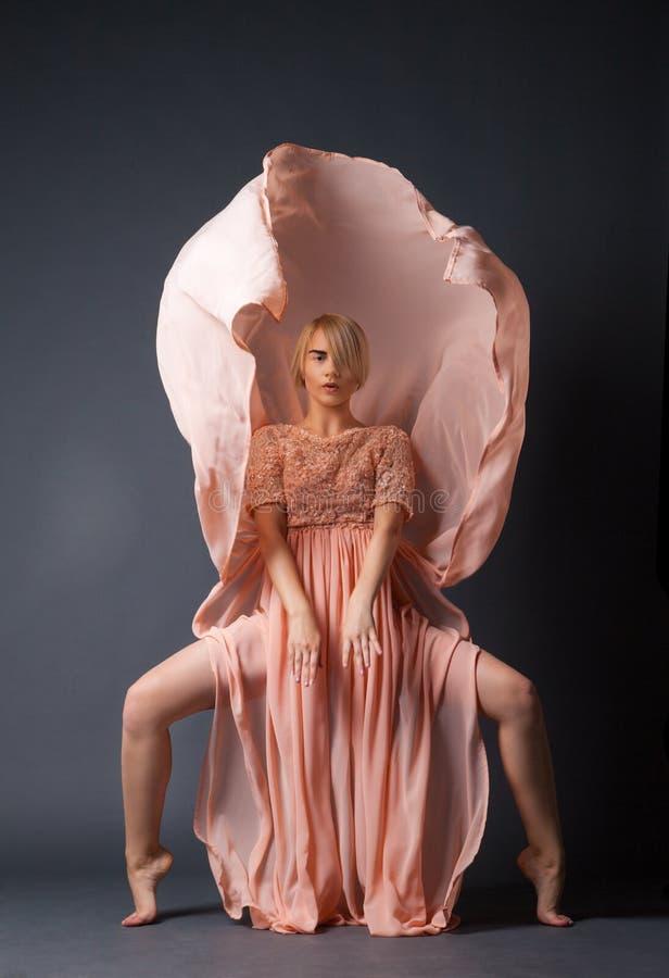 Dancing della donna in vestito chiffon fotografia stock