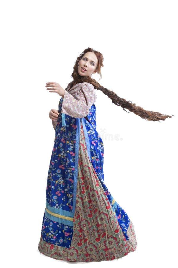 Dancing della donna in vestito russo dalle gente fotografia stock
