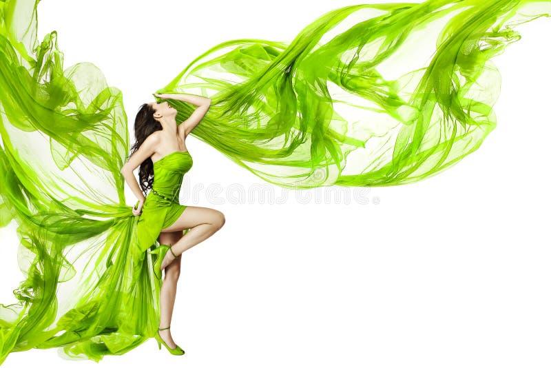Dancing della donna in vestito verde, tessuto d'ondeggiamento d'ondeggiamento, sedere bianche fotografia stock libera da diritti