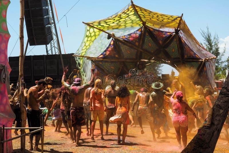 Dancing della folla al festival di musica elettronico in Bahia, Brasile immagine stock
