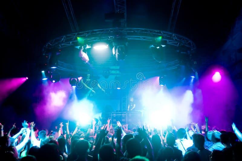Dancing della gente al concerto immagini stock libere da diritti