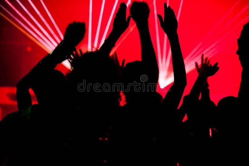 Dancing della gente nel randello con il laser fotografie stock libere da diritti