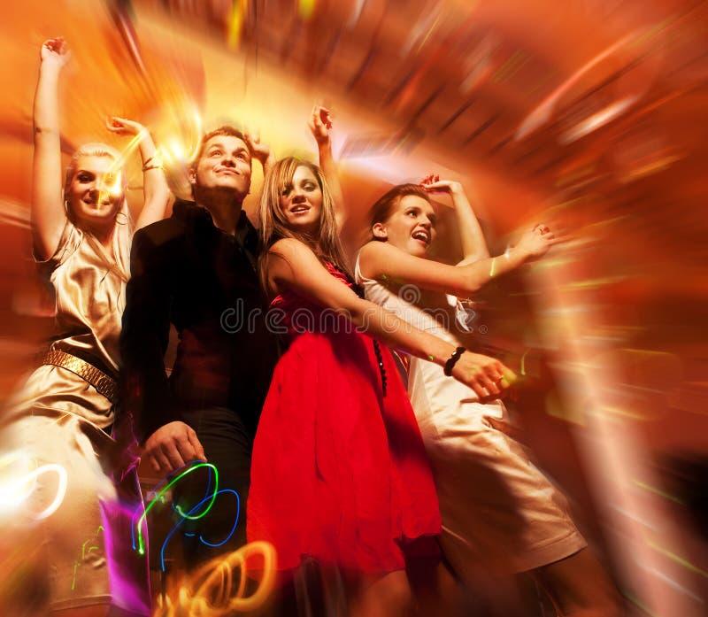 Dancing della gente nel randello di notte fotografie stock