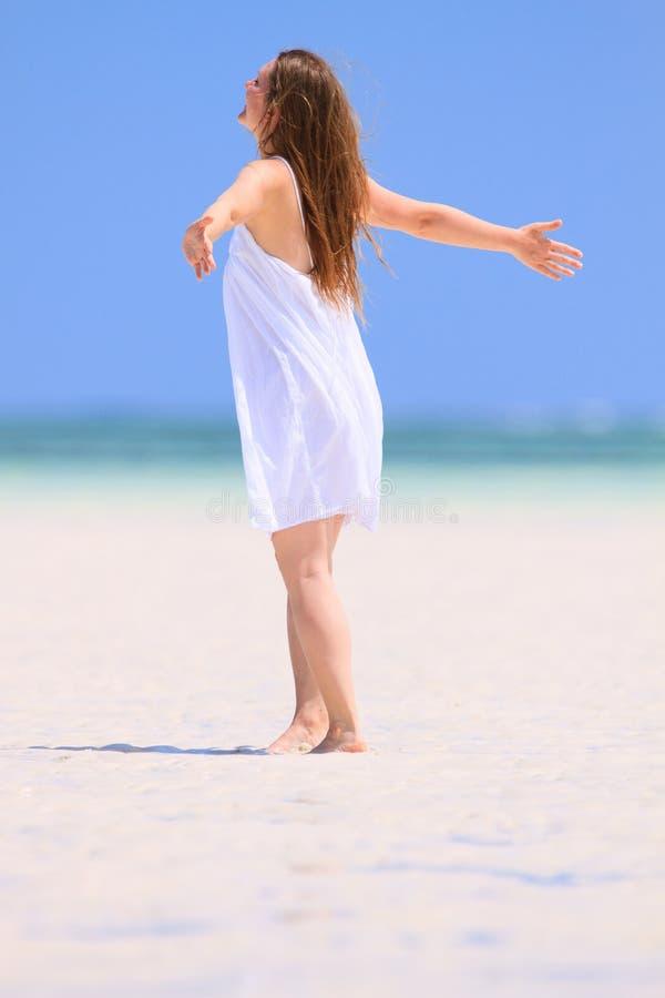 Dancing della giovane donna alla spiaggia immagine stock