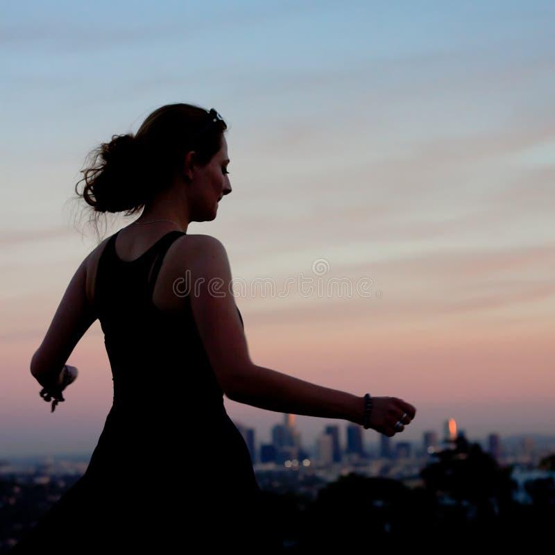 Dancing della giovane donna nel tramonto fotografia stock libera da diritti