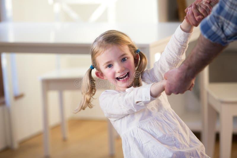 Dancing della ragazza con il padre fotografia stock libera da diritti