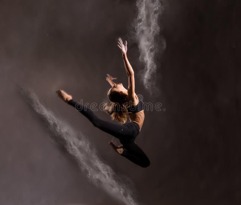 Dancing della ragazza con una farina fotografia stock