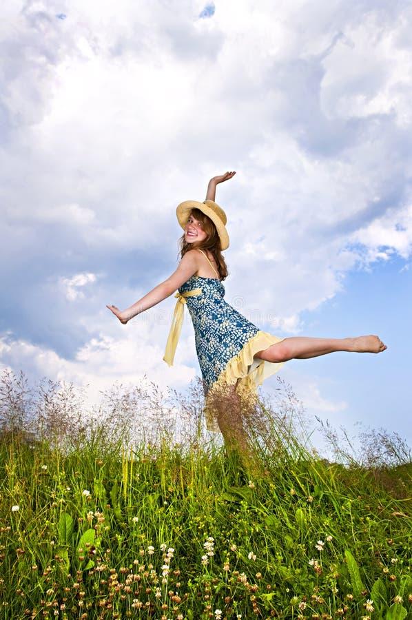 Dancing della ragazza nel prato immagini stock libere da diritti