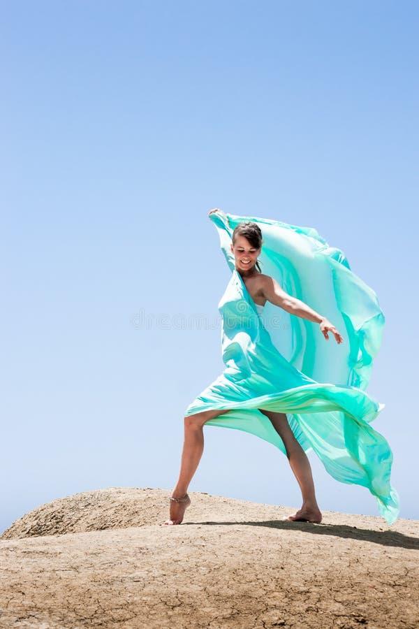 Dancing della ragazza nel vento fotografia stock libera da diritti