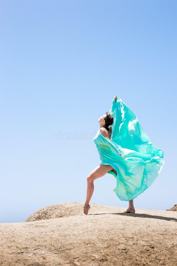 Dancing della ragazza nel vento fotografia stock