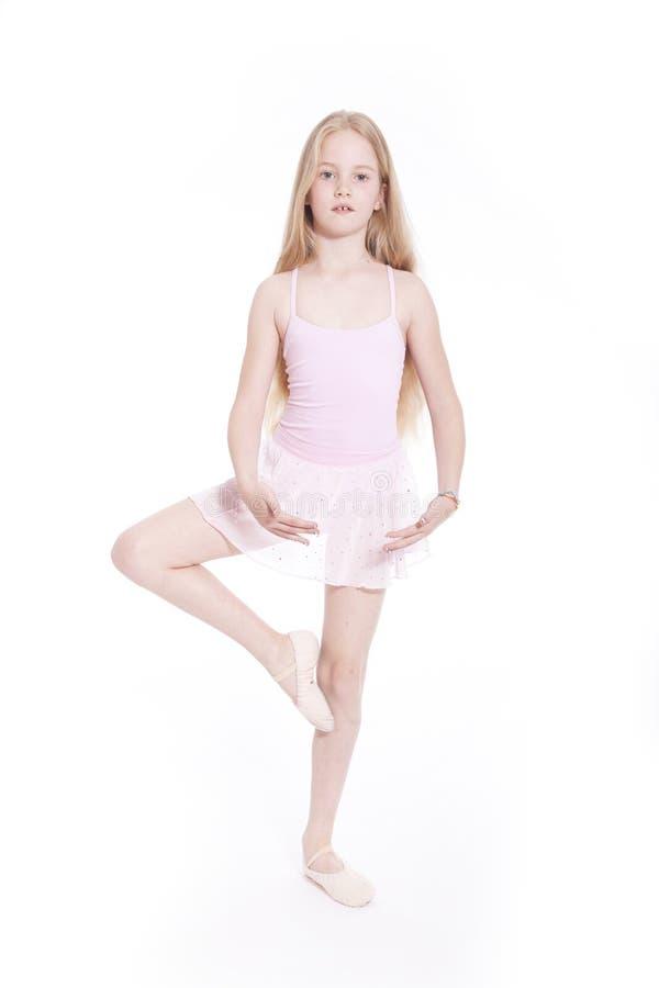 Dancing della ragazza nel vestito rosa di balletto in studio fotografia stock libera da diritti