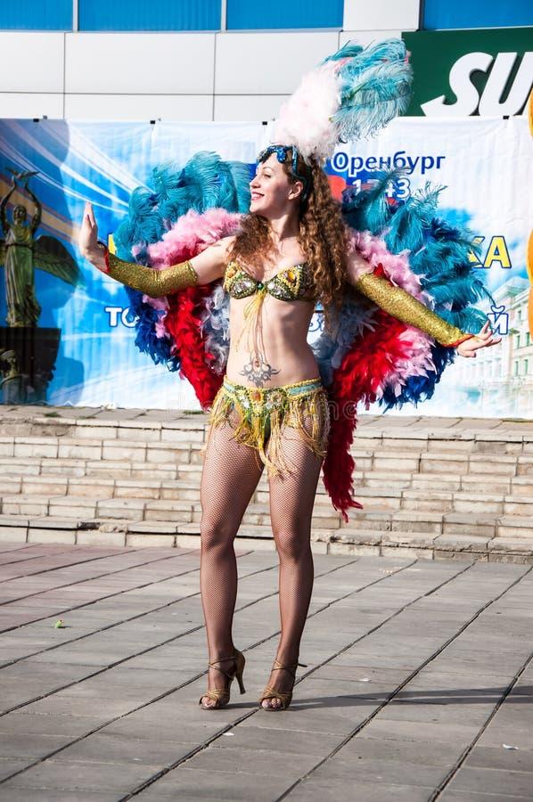 Dancing della ragazza sulla via della città immagine stock libera da diritti