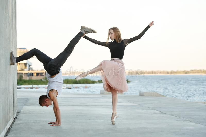 Dancing delle coppie ad una data fotografie stock libere da diritti