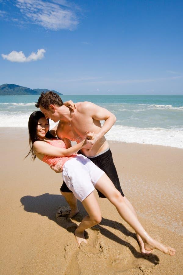 dancing delle coppie alla spiaggia immagini stock libere da diritti