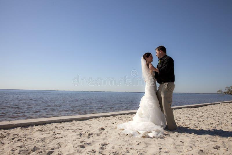 Dancing delle coppie di cerimonia nuziale sulla spiaggia fotografia stock libera da diritti