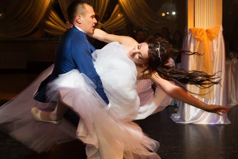 Dancing delle coppie di nozze dopo il ceromony fotografia stock libera da diritti