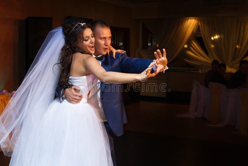 Dancing dello sposo e della sposa fotografia stock