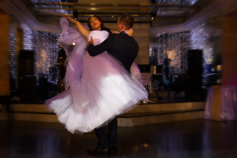Dancing dello sposo e della sposa immagini stock libere da diritti