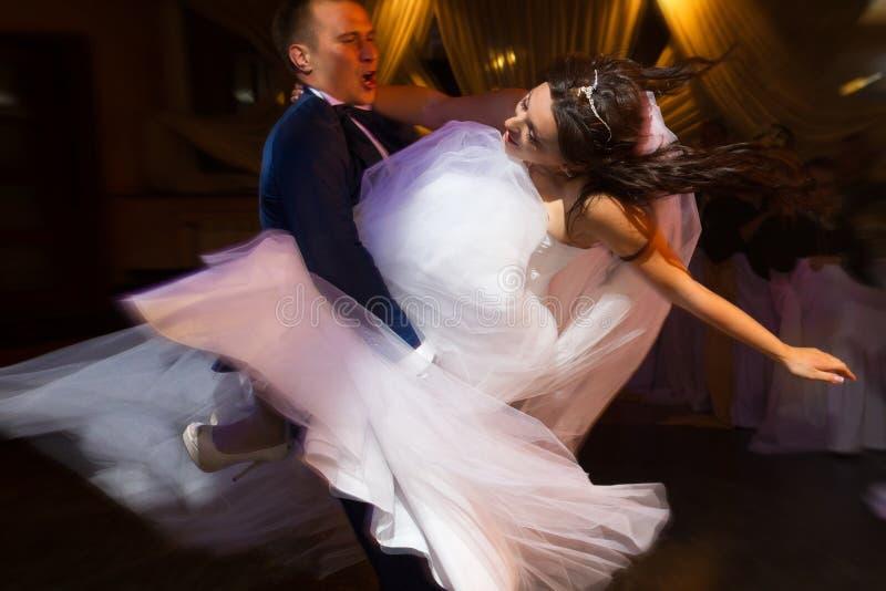 Dancing dello sposo e della sposa immagine stock