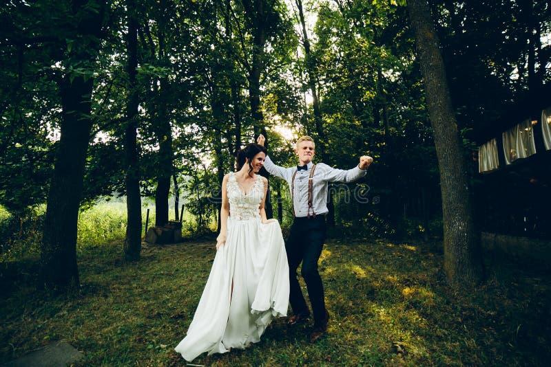 Dancing dello sposo e della sposa in natura immagini stock