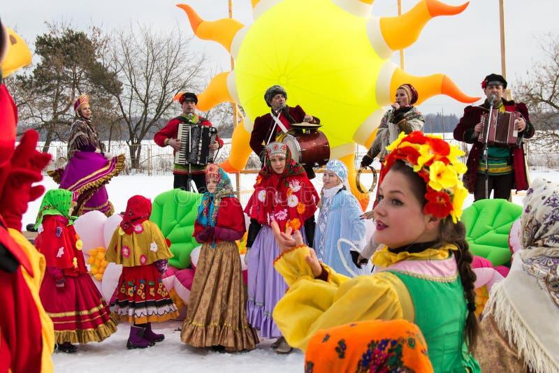 Dancing e la gente di canto durante la celebrazione di Maslenitsa La Russia immagini stock libere da diritti