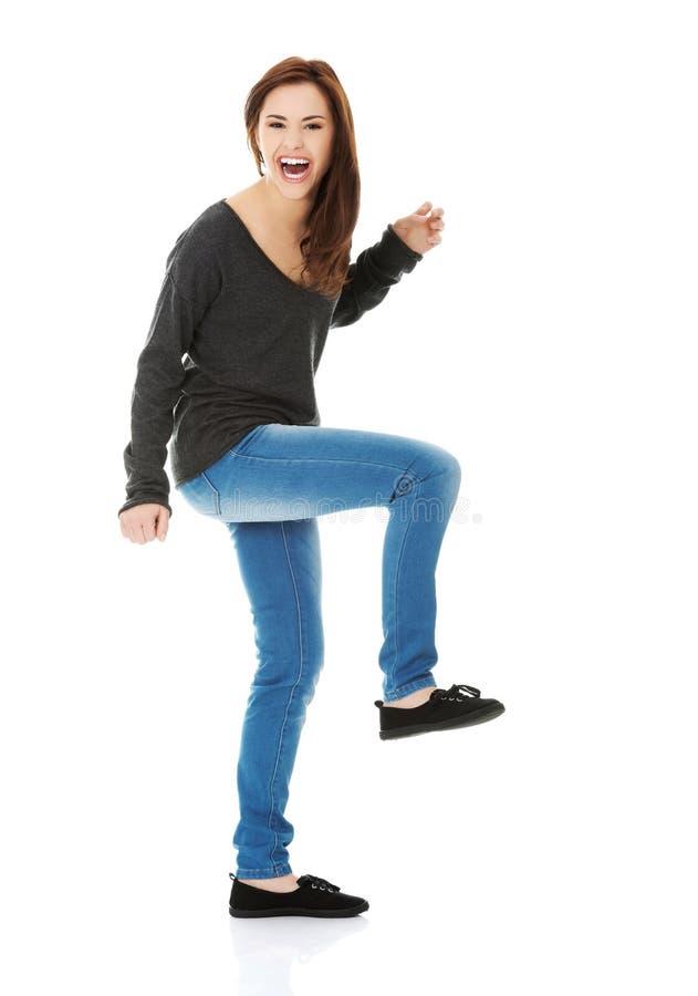 Dancing e risata della giovane donna immagine stock