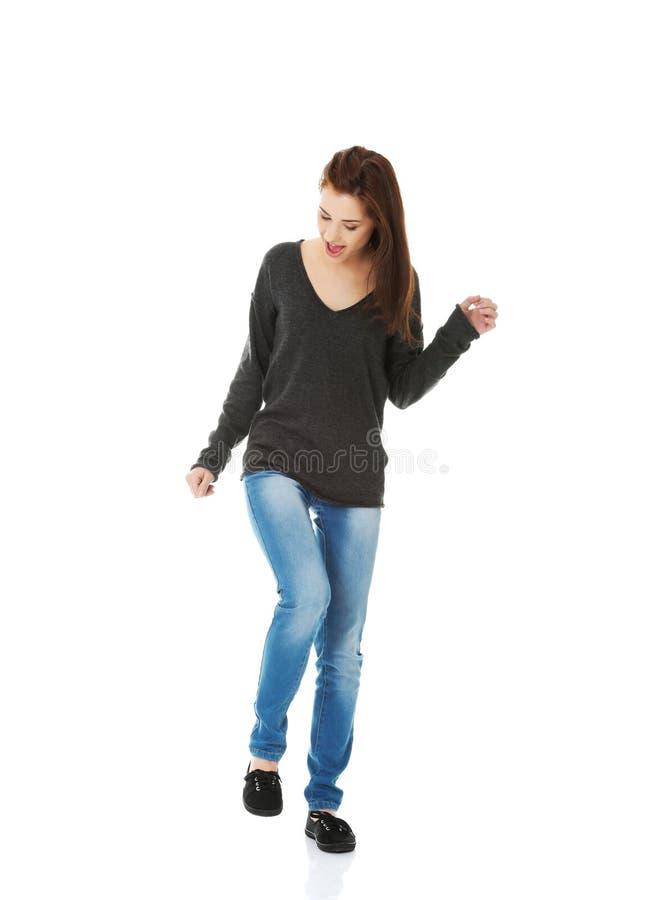 Dancing e risata della giovane donna immagini stock