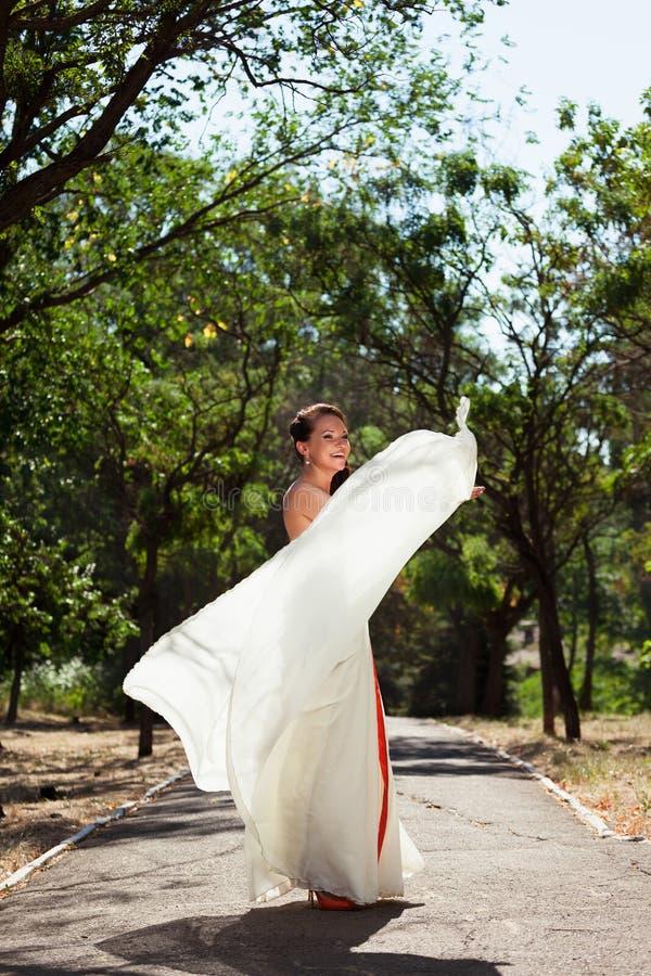 Dancing europeo della sposa nel parco fotografie stock libere da diritti