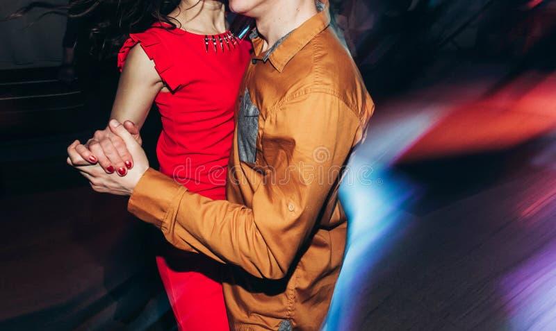 Dancing felice e alla moda delle coppie al ballo del night-club della cena di affari immagini stock libere da diritti