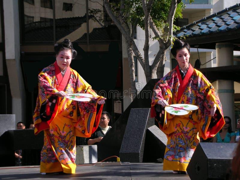 Dancing giapponese del fan, donne con il kimono immagini stock
