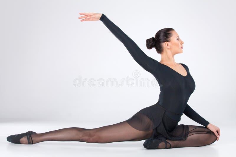 Dancing giovane attraente del ballerino di balletto. fotografie stock libere da diritti