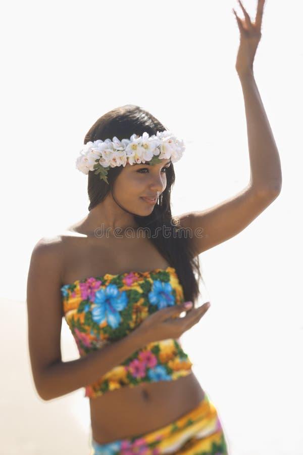 Dancing hawaiano attraente della donna immagine stock