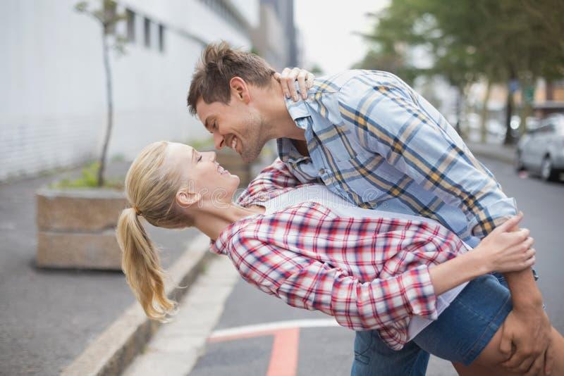 Dancing romantico delle coppie dell'anca nella via fotografia stock libera da diritti