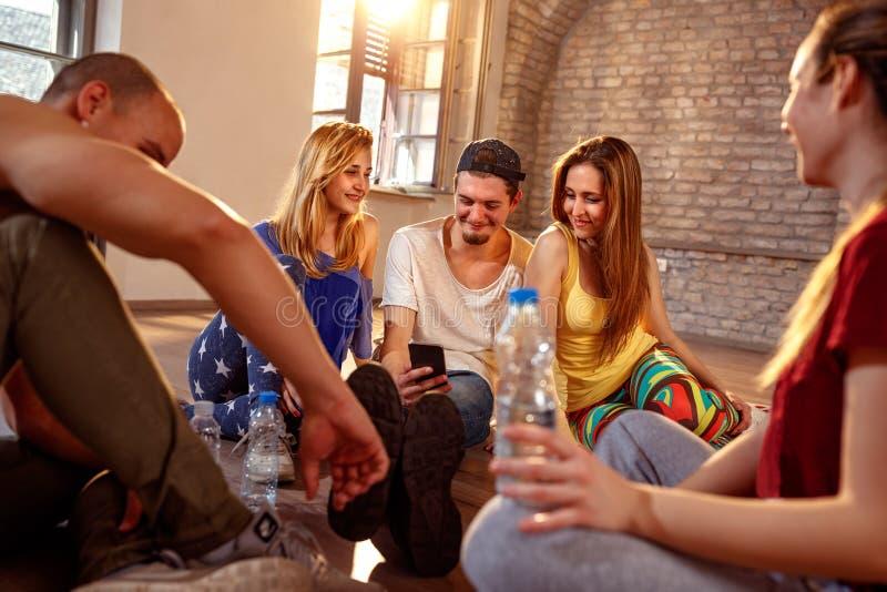 Dancing, sport e concetto urbano della cultura - gente più densa sorridente fotografia stock libera da diritti