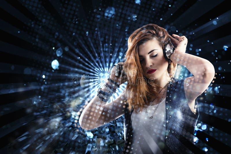 Dancingowa dziewczyna słucha muzyka z słuchawki zdjęcie royalty free