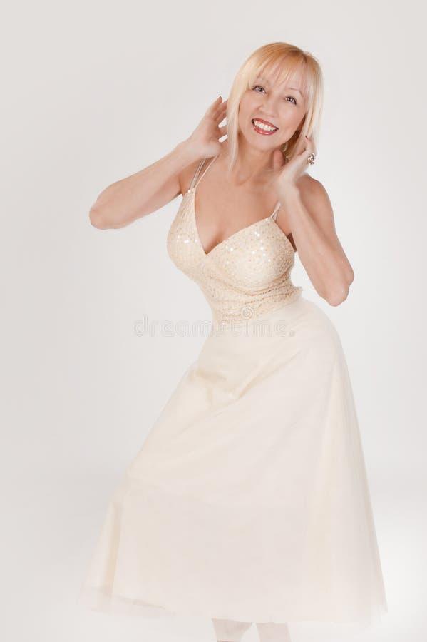 dancingowa szczęśliwa kobieta zdjęcia stock
