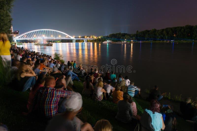 Dancingowa woda - laserowy multimedialny przedstawienie na Danube w Bratislava, Sistani obrazy stock