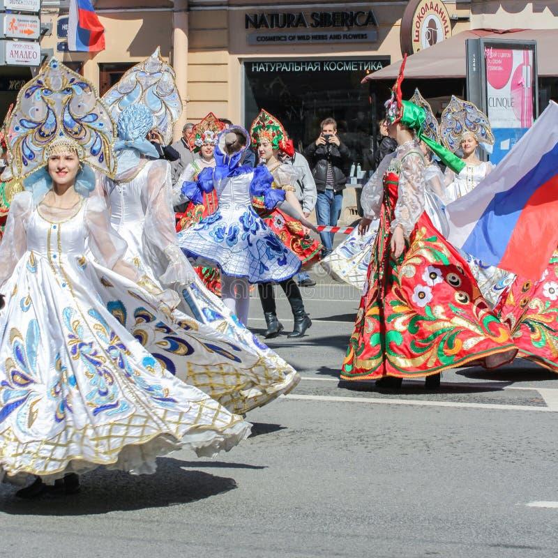 Dancingowe dziewczyny w sukniach z wzorami zdjęcie stock