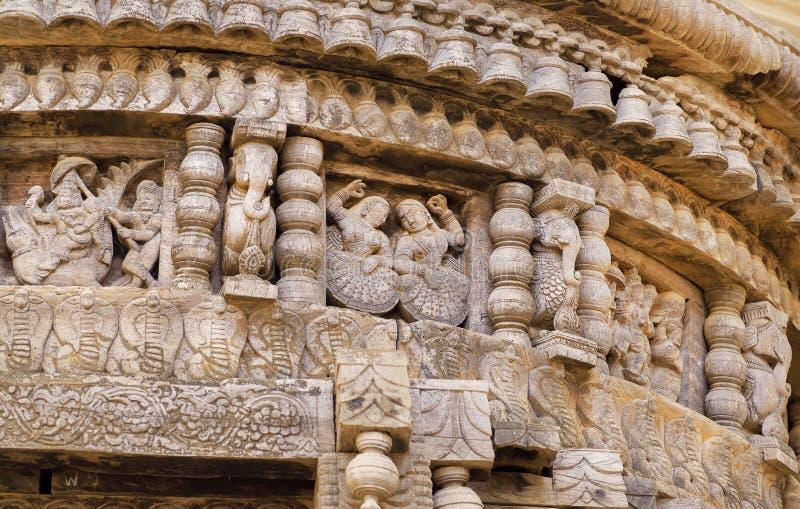 Dancingowe kobiety tradycyjny indianin rzeźbili Hinduską świątynię Antyczni ludzie postaci i wzory na drewnianej ścianie stary In fotografia stock