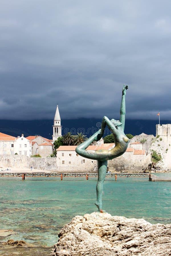 Dancingowej dziewczyny statua w Budva, Montenegro obrazy royalty free