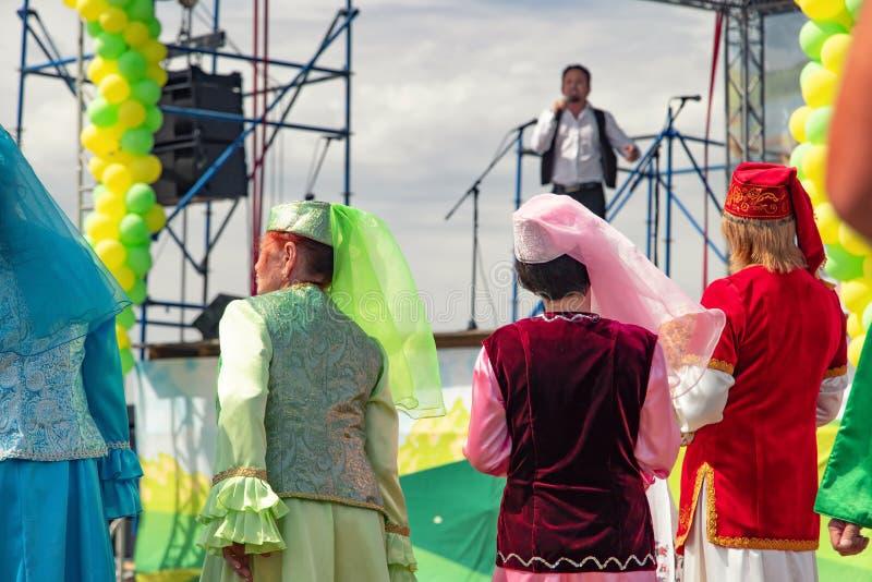 Dancingowi goście i organizatory ubierali w krajowych kostiumach przy świętowaniem Sabantui obraz stock