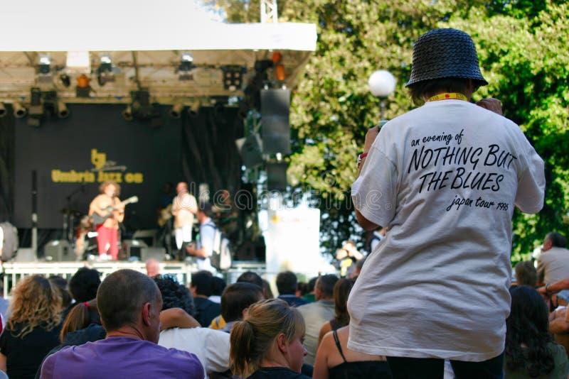 Dancingowy błękita fan podczas koncerta Umbria festiwal jazzowy w Perugia, Włochy fotografia stock