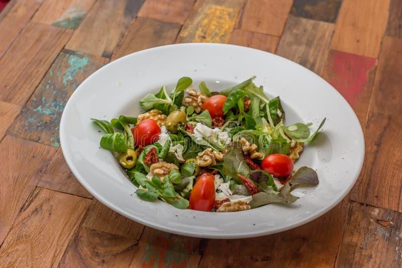 Dandalions-Salat mit Kirschtomaten und Mozzarella stockbild