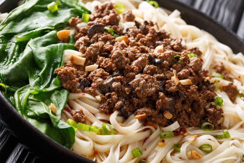 Dandannudlareller dandanmianwithköttfärs ärmaträtten som påbörjar från den kinesiska Sichuan kokkonstcloseupen i en platta hor arkivfoton